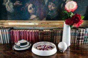 Vaso alto in marmo bianco by Jacopo Simonetti-lifestyle